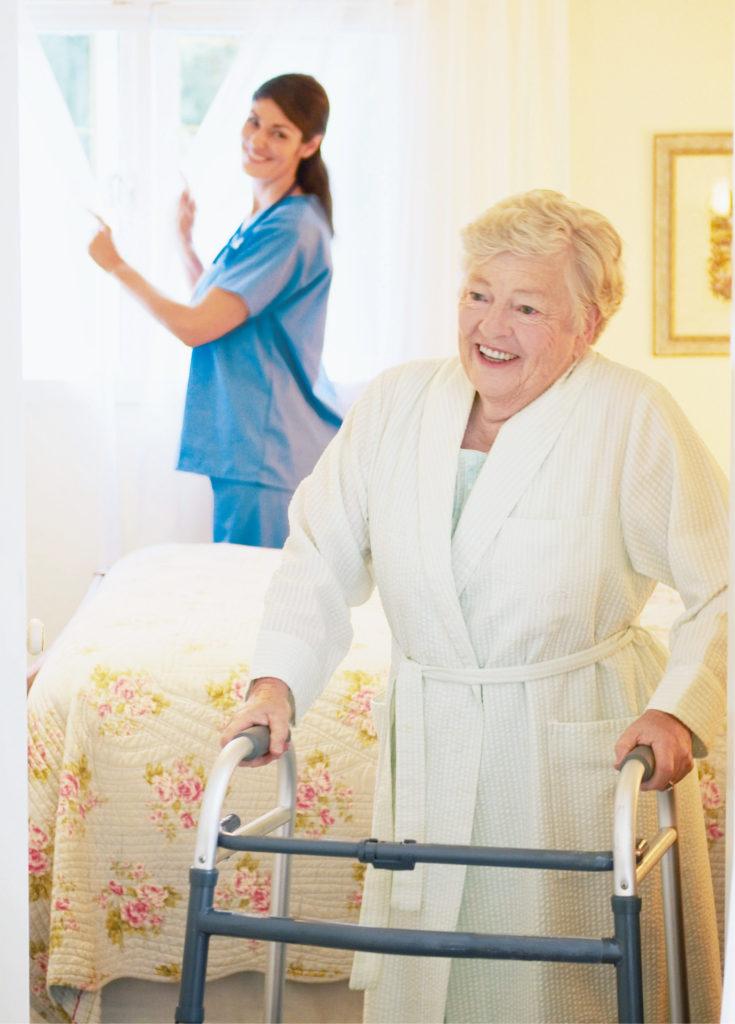 Eine Mitarbeiterin schaut nach einer Person mit Gehhilfe