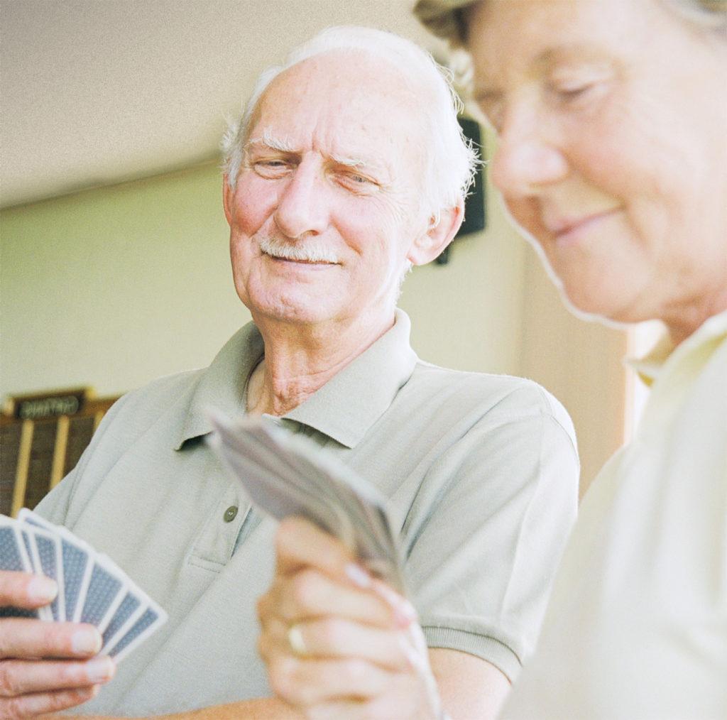 Zwei Personen beim Kartenspiel